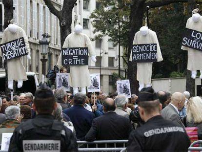 Manifestación de armenios en París mientras se debatía la ley para considerar delito la negación del genocidio de su pueblo por los turcos.