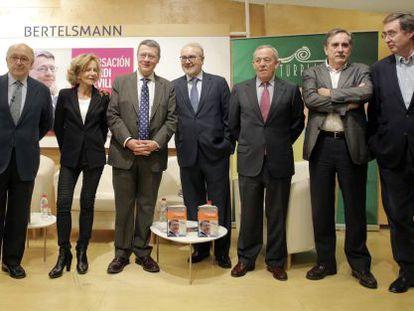 De izquierda a derecha, Joaquín Almunia, Elena Salgado, Jordi Sevilla, Pedro Solbes, Carlos Solchaga, Valeriano Gómez y Claudio Aranzadi.