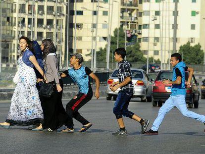 Una mujer sin velo es acosada en una calle de El Cairo.