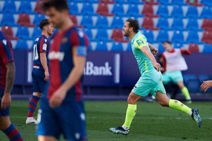 Soldado celebra su gol ante el Levante este sábado.