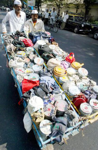 Dos 'dabbawalas' distribuyen tarteras en Bombay en 2003.