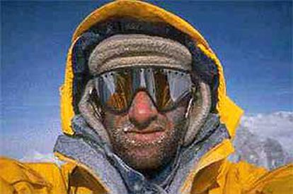 Erhard Loretan, en una autofotografía en la cima de una montaña.