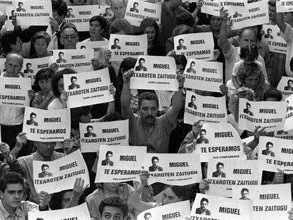 Manifestación en Ermua, el 11 de julio de 1997, para reclamar la liberación de Miguel Ángel Blanco.