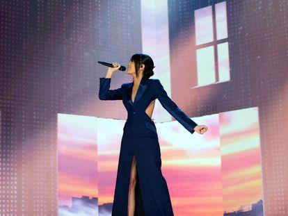 """La cantante Aitana durante su actuación en la última gala de los premios Goya. Aitana es autora junto a Zzoilo de """"Mon Amour Remix"""", el tema más escuchado en Spotify España durante la última semana. La canción no está en los primeros puestos de ningún otro país latinoamericano."""