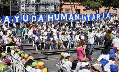 Voluntarios que colaboran en la llegada de ayuda humanitaria a Venezuela, el pasado sábado.