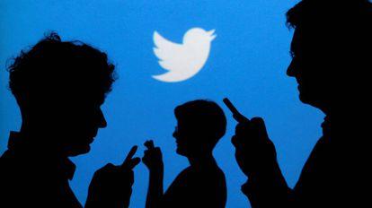 Usuarios de la plataforma social Twitter con sus móviles