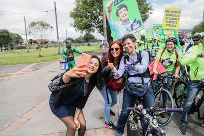 Claudia López, durante un recorrido en bicicleta por Bogotá.