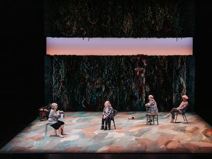 Una escena de 'Escaped Alone', de Caryl Churchill, en el Teatro Lliure de Barcelona.