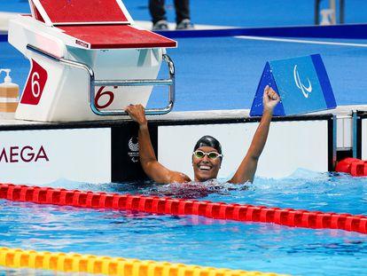 La nadadora española Teresa Perales tras conquistar la medalla de plata en los 50 metros espalda, clase S5, en los Juegos Paralímpicos de Tokio.