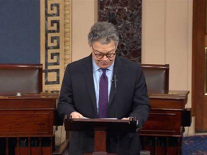 El senador Al Franken en el momento en que anuncia su dimisión