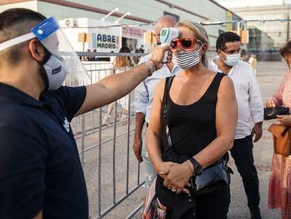 Una mujer se somete a un control de temperatura, en Madrid.