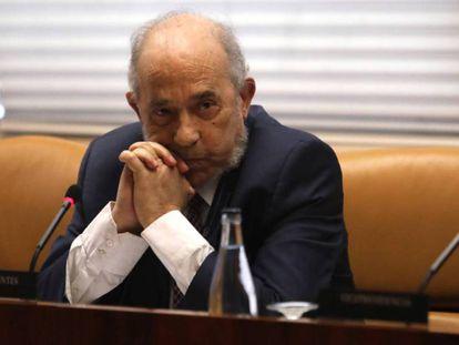Enrique Álvarez Conde, este viernes en la Asamblea de Madrid. En vídeo, fallece Enrique Álvarez Conde, el director del polémico máster de Cristina Cifuentes.