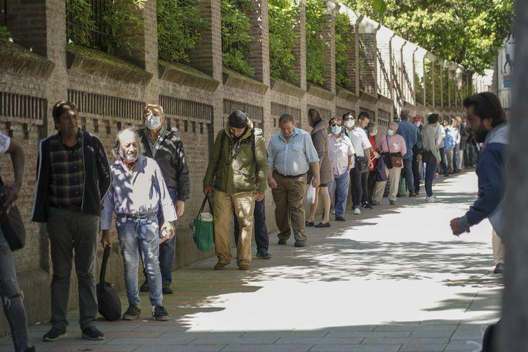 Personas esperando a recibir comida en el Comedor Social de las Hijas de la Caridad de Madrid
