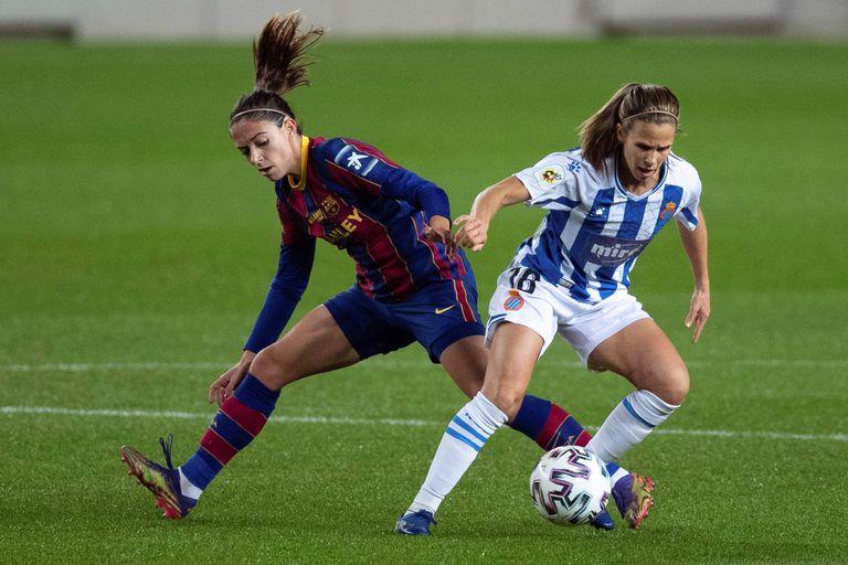 Dulce Quintana, del Espanyol, protege el balón ante Aitana Bonmati, del Barcelona, durante el derbi catalán en el Camp Nou este miércoles.
