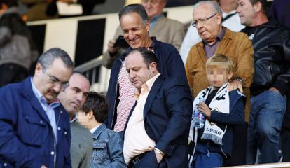 José Laparra, en el centro con camisa clara, en un partido de fútbol entre el Castellón y el Benidorm, el 17 de octubre de 2010.