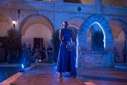 La bailarina Amie Mbye baila bajo la lluvia en su actuación en el antiguo lazareto de Mahón, en los encuentros dedicados a Albert Camus.