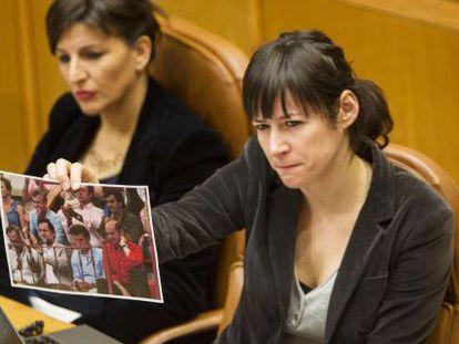 La diputada del BNG Ana Pontón, con una foto de Feijóo con el conseguidor