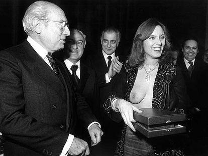 Enrique Tierno Galván y Susana Estrada, en la entrega de los premios del diario <i>Pueblo</i> en 1978.