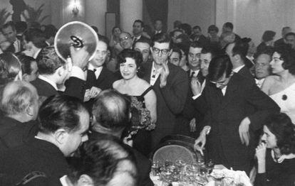 La escritora Ana María Matute, durante la gala de entrega del Premio Nadal, el 8 de enero de 1960.