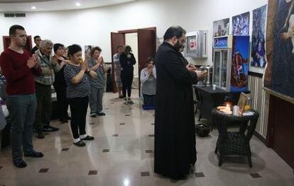 Ceremonia religiosa en el refugio del hotel Europe de Stepanakert, el pasado jueves.
