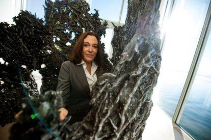 Cristina Iglesias, en una de sus esculturas en la Fundación Botín.