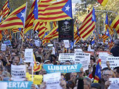 Puigdemont y Colau acuden a la marcha tras el anuncio de Rajoy de la aplicación del artículo 155 de la Constitución