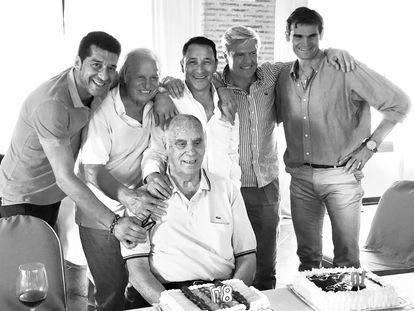 Pablo Lozano, junto a un grupo de toreros, el día de su 87 cumpleaños.