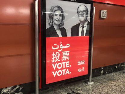 Un cartel de Ángel Gabilondo y Hana Jalloul con la invitación a votar en árabe y en chino, en el transporte público de Madrid.
