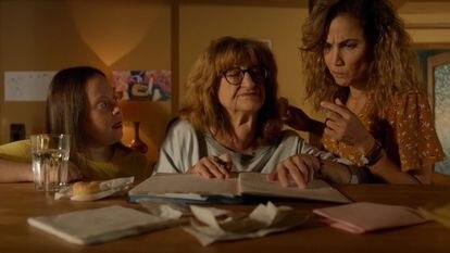 Ana Fernández, Mamen García y Toni Acosta, en el primer capítulo de la segunda temporada de 'Señoras del (h)ampa'.