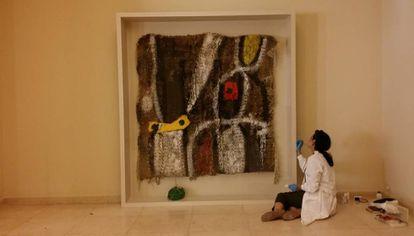 Últimos toques al tapiz 'Sobretejido 10' de la exposición 'Joan Miró, materialidad y metamorfosis' en Oporto, Portugal.