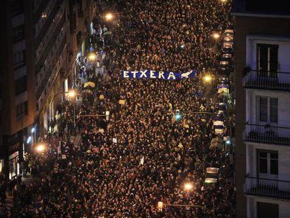 Decenas de miles de personas exigieron el fin de la dispersión de los presos de ETA, en Bilbao.
