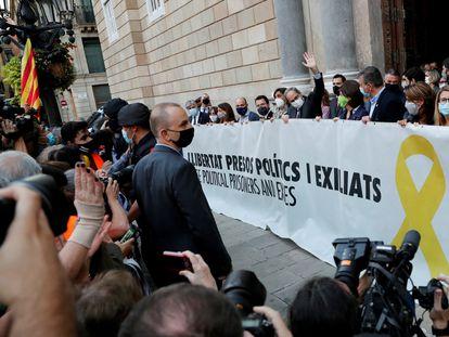 Torra posa a las puertas de la Generalitat con la pancarta que le acabó provocando la inhabilitación.