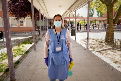 Lourdes Martín, de 51 años y votante del PP, ha sido contratada como limpiadora en el colegio Pablo Picasso de Parla dentro del dispositivo de desinfección de la jornada electoral.