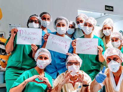 Un grupo de sanitarios del Hospital del Henares agradece su apoyo a los voluntarios de Acciona.