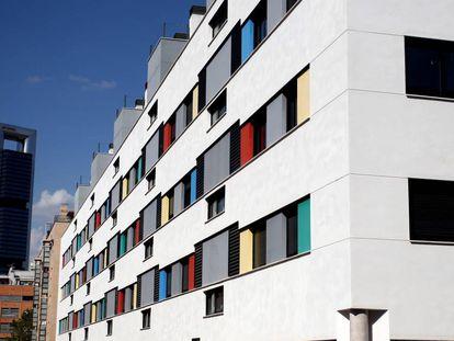 Fachada de un edificio de pisos del IVIMA.