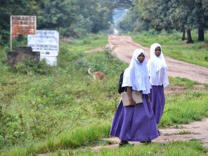 Las hermanas Nchira, rumbo a la escuela.
