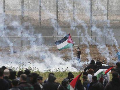 Un palestino sujeta una bandera durante la protesta cerca de la valla de Gaza el pasado 30 de marzo.