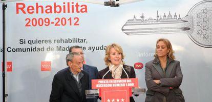 Aguirre visita a los vecinos que han instalado el ascensor número 1.000 con ayudas regionales en abril de 2010.