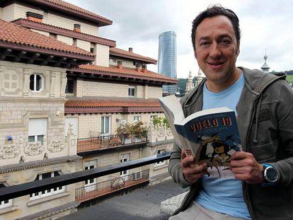 José Antonio Ponseti con un  ejemplar del libro en sus manos.