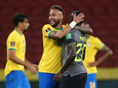 Neymar abraza a Sebastián Méndez durante un partido de eliminatoria entre Brasil y Ecuador, el 4 de junio pasado.