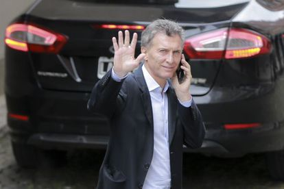 Macri, este lunes, responde a un saludo por las calles de Buenos Aires.