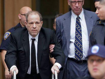 Harvey Weinstein, en el centro, este lunes a su salida de la Corte de Nueva York.