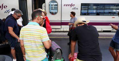 Viajeros suben con sus maletas a un AVE en la estación de Atocha de Madrid.