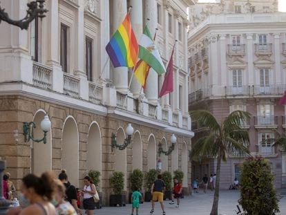 Bandera LGBTI en la fachada del ayuntamiento de Cádiz, el pasado 23 de junio.