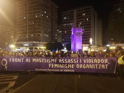 Cabeza de la manifestación contra la violencia de género de Valencia, con la Porta de la Mar iluminada en violeta.