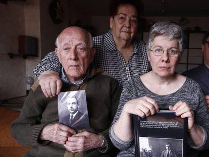 Manuel Lapeña, primero por la izquierda, sostiene una fotografía de su padre junto a otros familiares en su casa de Zaragoza.
