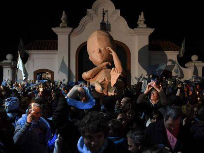 Manifestación contra el aborto legal en Argentina frente a la residencia presidencial de Olivos, en las afueras de Buenos Aires.
