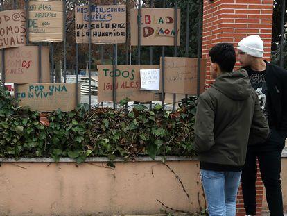Dos menores acogidos en un centro de Madrid observan las muestras de apoyo tras un ataque registrado allí en 2019.