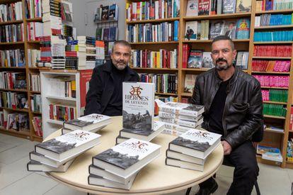 Antonio Cardiel (izquierda), el escritor de 'Heroes de Leyenda', firma ejemplares de su libro junto a su hermano Joaquín Cardiel, excomponente del grupo, en Zaragoza.