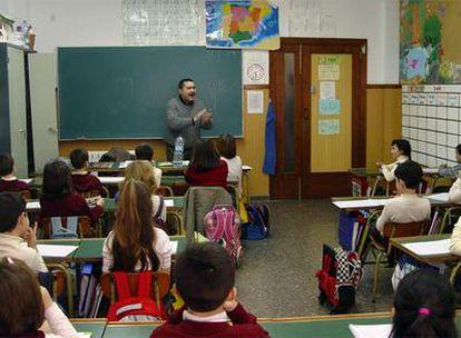 Un profesor de música en una de las aulas del colegio Unión Musical de Llíria.